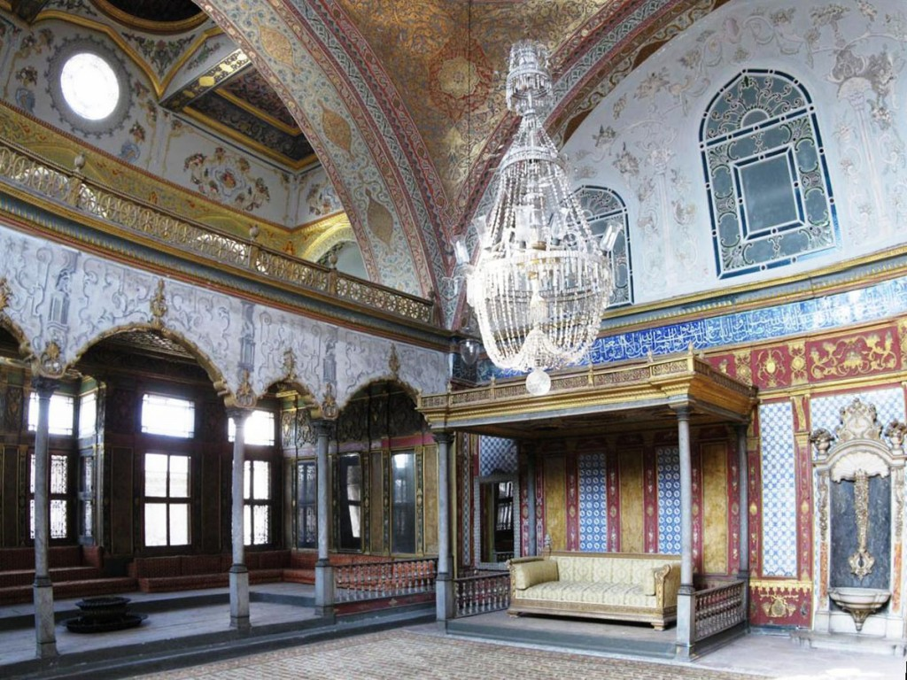 Imperial_Sofa_Topkapi_March_2008pano2