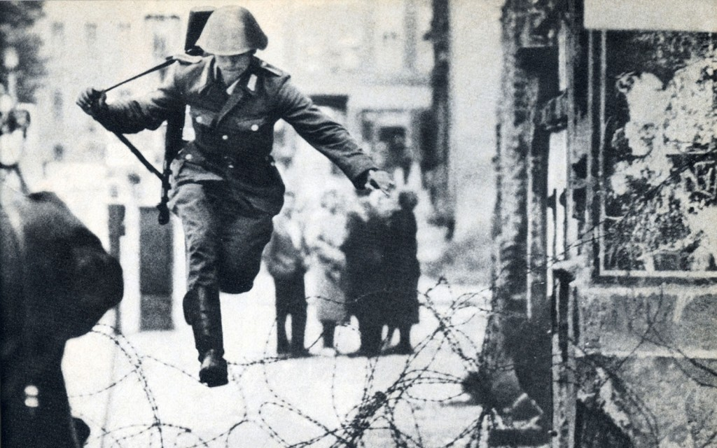 wall_soldier_history_jumping_jump_cold_war_berlin_historical_photos_1200x838_wallpaper_Wallpaper_1920x1200_www.wall321.com