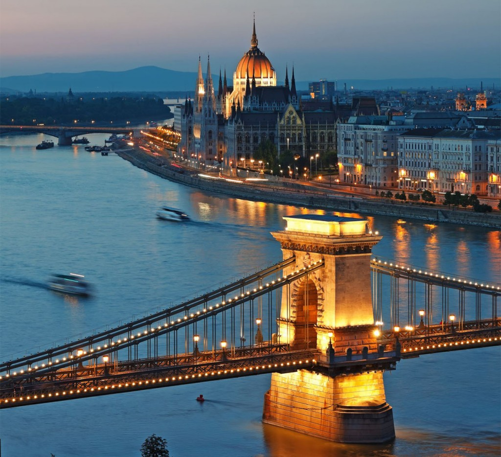 Chain-Bridge-Hungarian-Parliament-and-Danube-River-in-Budapest-Hungary