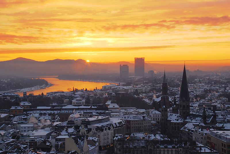 800px-Zepper-sunrise-over-the-niveous-city-of-bonn