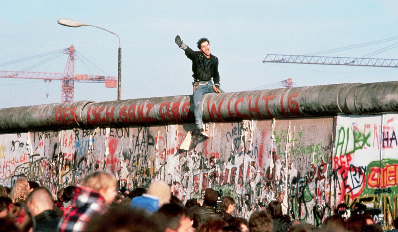 El muro de berl n las mil millas for Built for war shirt