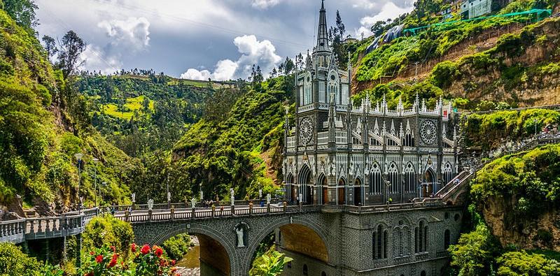 800px-Santuario_Nacional_de_Las_Lajas_02